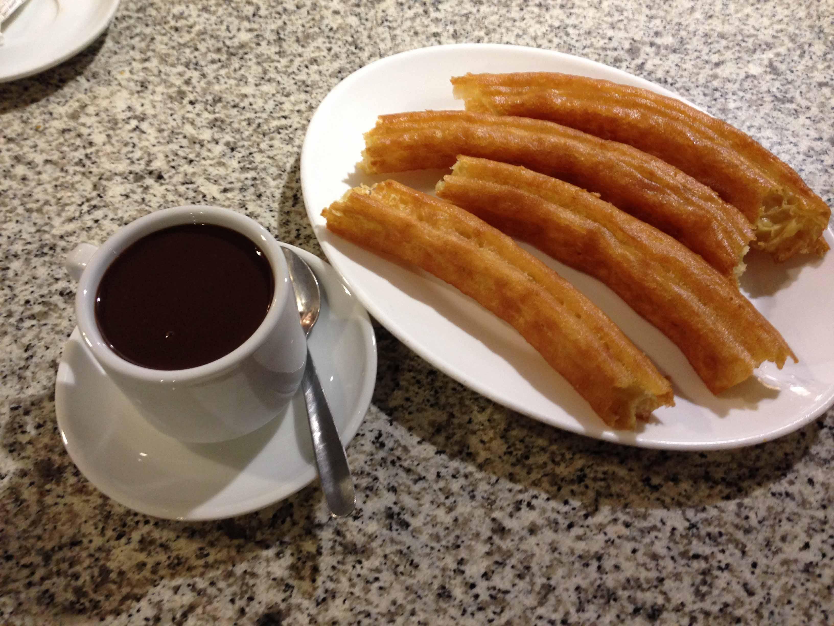Desayuno para el domingo-http://blog.cazadesayunos.com/wp-content/uploads/2015/02/Chocolate-con-porras-Cafeter%C3%ADa-La-Cocktelera.jpg